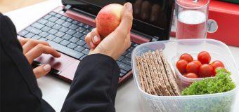 Jak odżywiamy się w pracy? Najczęstsze błędy żywieniowe
