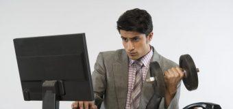 """Czy pracując w biurze można równocześnie zadbać o sylwetkę? Kilka pomysłów na """"biurowe"""" ćwiczenia"""
