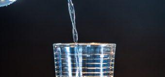 Dystrybutor wody pitnej w biurze – poznaj korzyści
