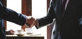 Jakie kwalifikacje musi posiadać pośrednik obrotu nieruchomościami?