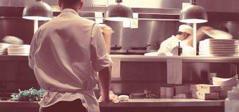 """Praca """"na zmywaku"""" za granicą: obowiązki początkującego pracownika"""