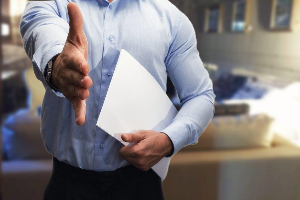uomo stringe la mano per un colloquio di lavoro