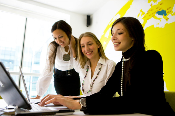 woman-working-in-team-at-office_unjxei