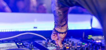 Od prób naśladowania dźwięków po liczne gatunki: witamy w świecie muzyki elektronicznej!