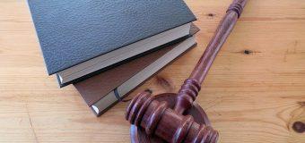 Wypadek przy pracy i proces w sądzie – kto pokrywa koszty rozprawy?