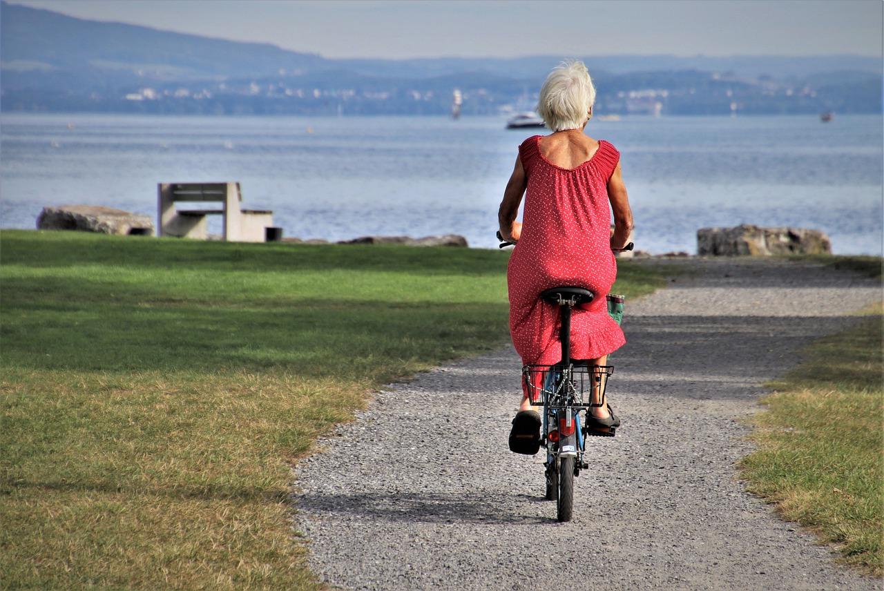 emerytka na rowerze nad morzem