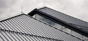 Wyjście na dach w biurowcu firmowym – jak odpowiednio je zabezpieczyć?